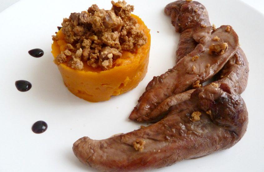 Aiguillettes de canard caramélisées, purée de potimarron en crumble de noix