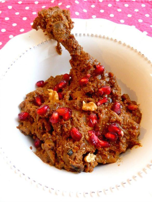 Poulet iranien sauce grenade et noix (khoresh-e fesenjan ba jujeh)