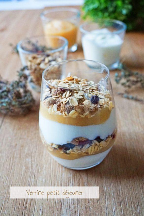 Verrines petit déjeuner au muesli, compote et yaourt nature